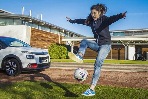 Dàn sao Arsenal ngẩn ngơ trước kỹ năng của nữ cầu thủ 17 tuổi - ảnh 1