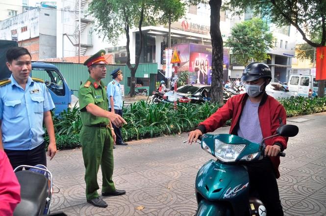 Cẩu ô tô đỗ vỉa hè Sài Gòn, mở lối cho người đi bộ - ảnh 1