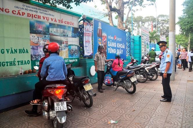 Cẩu ô tô đỗ vỉa hè Sài Gòn, mở lối cho người đi bộ - ảnh 6