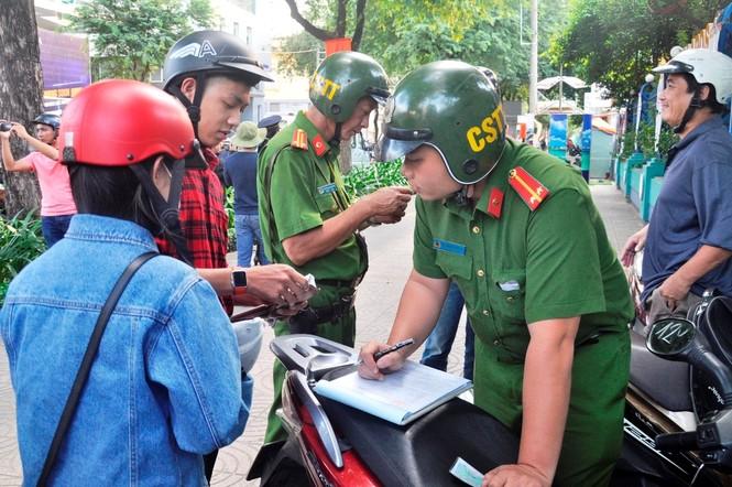 Cẩu ô tô đỗ vỉa hè Sài Gòn, mở lối cho người đi bộ - ảnh 3