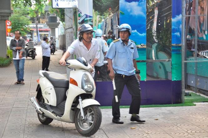 Cẩu ô tô đỗ vỉa hè Sài Gòn, mở lối cho người đi bộ - ảnh 5