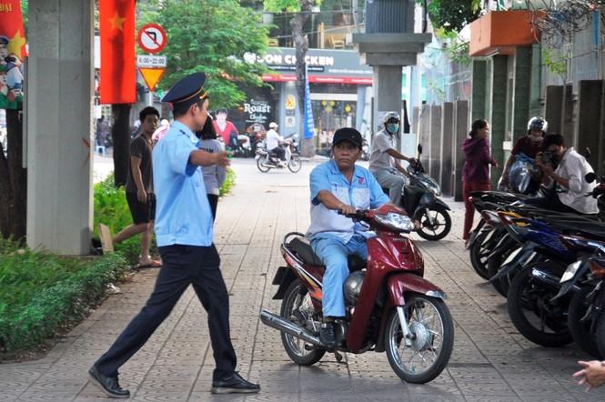 Cẩu ô tô đỗ vỉa hè Sài Gòn, mở lối cho người đi bộ - ảnh 4