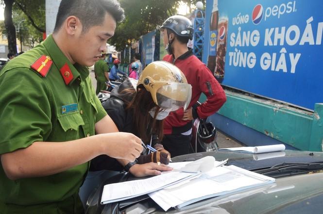 Cẩu ô tô đỗ vỉa hè Sài Gòn, mở lối cho người đi bộ - ảnh 7