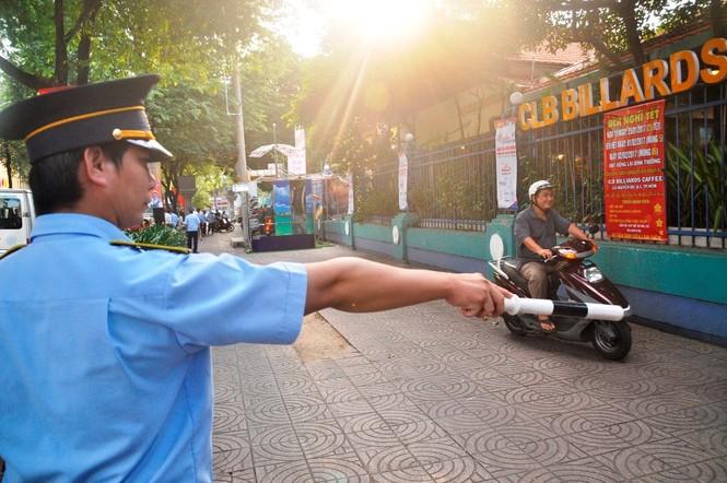 Cẩu ô tô đỗ vỉa hè Sài Gòn, mở lối cho người đi bộ - ảnh 2