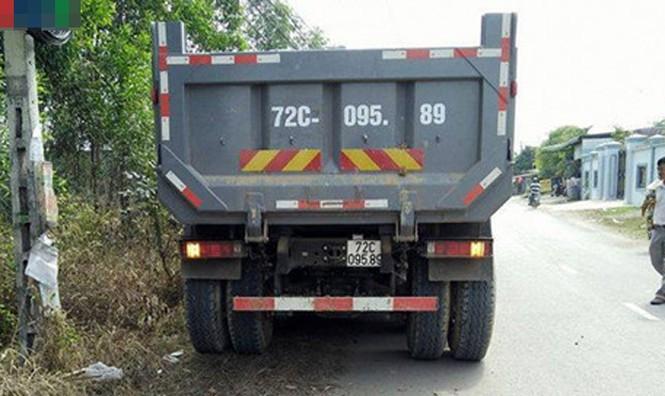 BẢN TIN ATGT: Đâm đuôi xe tải, xế hộp 'bạc tỷ' nát bươm  - ảnh 2