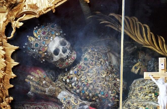 Bộ xương đính đầy vàng bạc châu báu trong nhà thờ Đức - ảnh 1