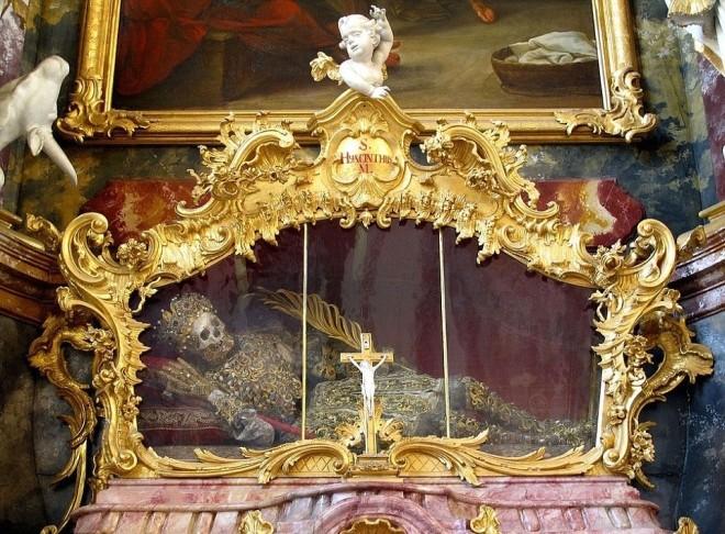 Bộ xương đính đầy vàng bạc châu báu trong nhà thờ Đức - ảnh 2