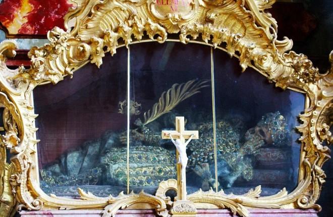Bộ xương đính đầy vàng bạc châu báu trong nhà thờ Đức - ảnh 3