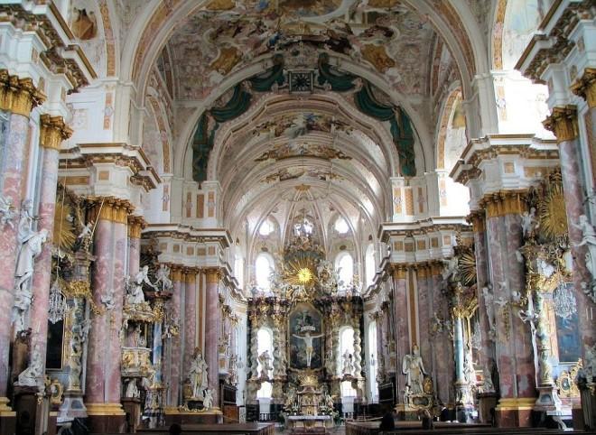 Bộ xương đính đầy vàng bạc châu báu trong nhà thờ Đức - ảnh 4