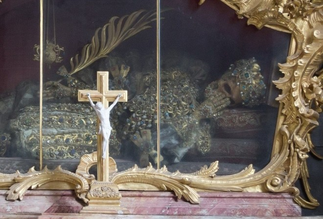 Bộ xương đính đầy vàng bạc châu báu trong nhà thờ Đức - ảnh 5