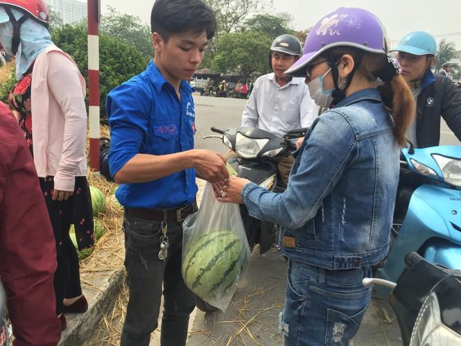 Bán hết 20 tấn dưa ủng hộ người dân Quảng Ngãi trong sáng 3/4 - ảnh 2