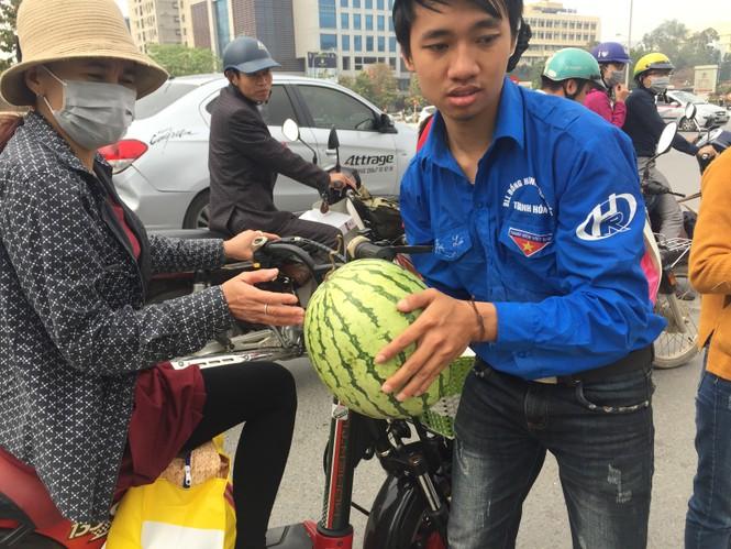 Bán hết 20 tấn dưa ủng hộ người dân Quảng Ngãi trong sáng 3/4 - ảnh 4