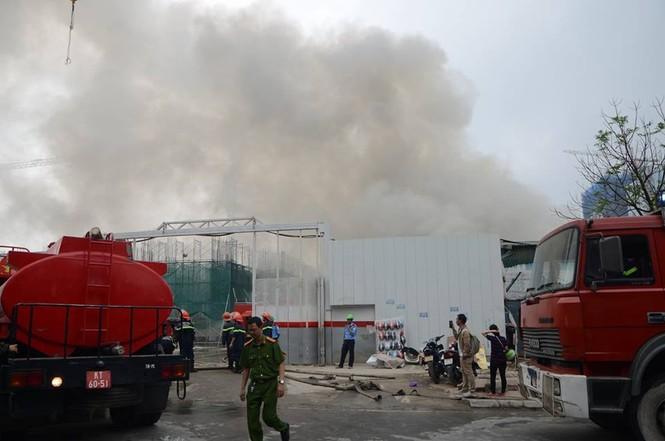 Gần 100 người căng mình dập lửa kho hàng trên đường Phạm Hùng - ảnh 2