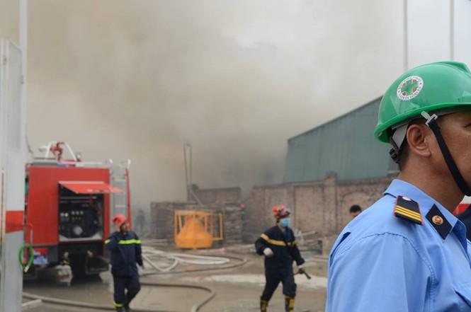 Gần 100 người căng mình dập lửa kho hàng trên đường Phạm Hùng - ảnh 3