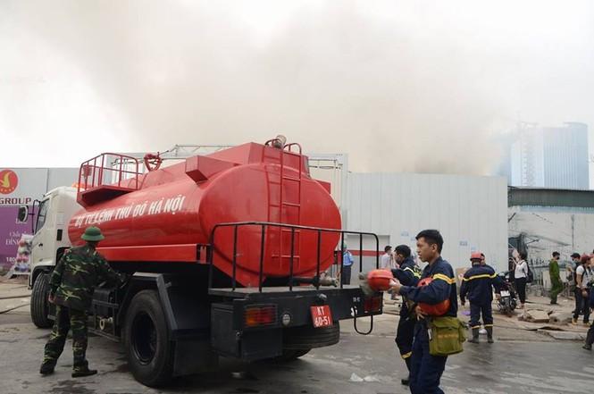 Gần 100 người căng mình dập lửa kho hàng trên đường Phạm Hùng - ảnh 1