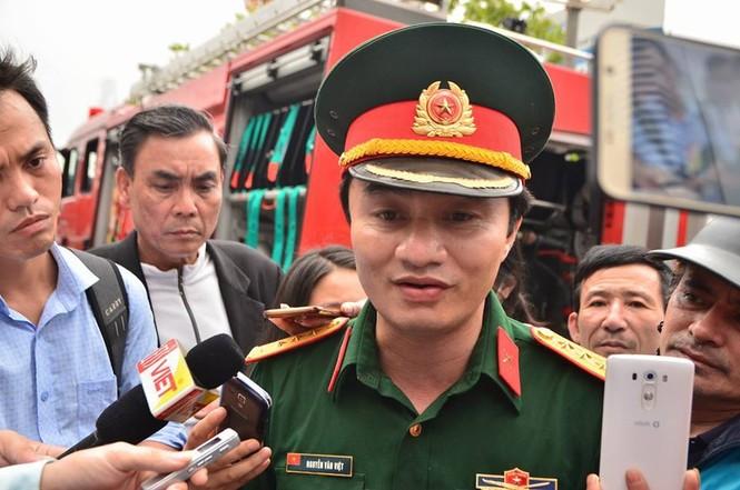 Gần 100 người căng mình dập lửa kho hàng trên đường Phạm Hùng - ảnh 10