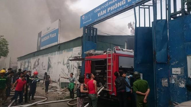 Phong toả đường Phạm Hùng để dập lửa kho hàng - ảnh 1