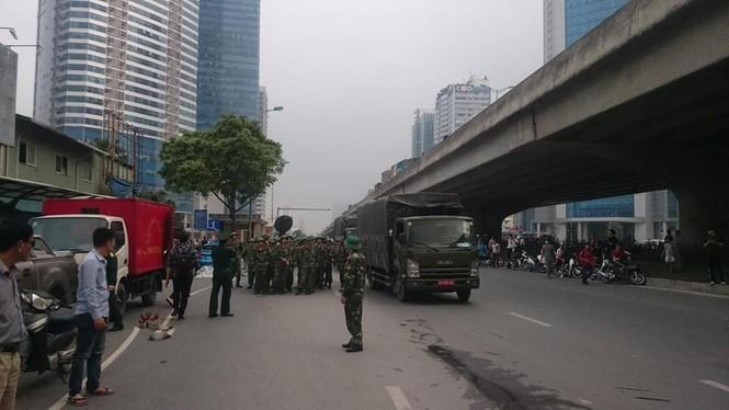 Phong toả đường Phạm Hùng để dập lửa kho hàng - ảnh 2