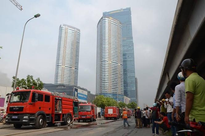 Gần 100 người căng mình dập lửa kho hàng trên đường Phạm Hùng - ảnh 8