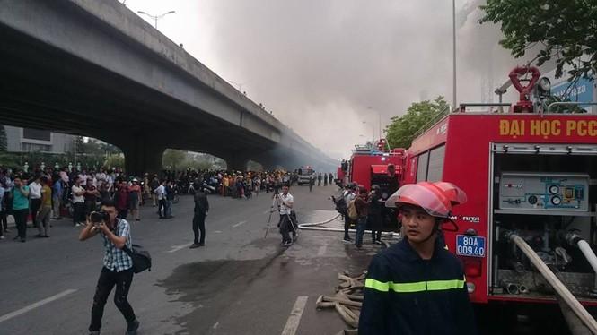 Phong toả đường Phạm Hùng để dập lửa kho hàng - ảnh 3