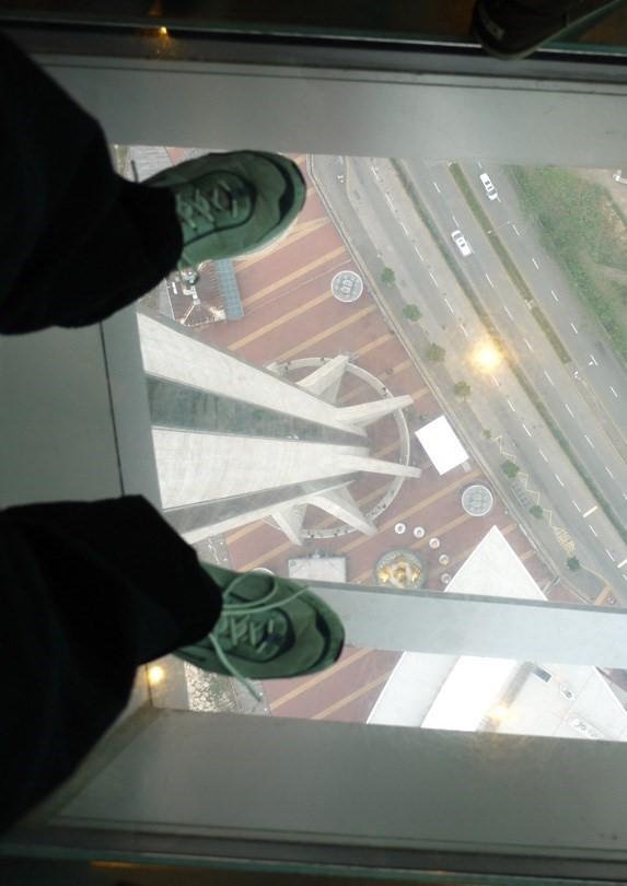 Những đài quan sát đáy kính cao vút khiến du khách run chân - ảnh 5