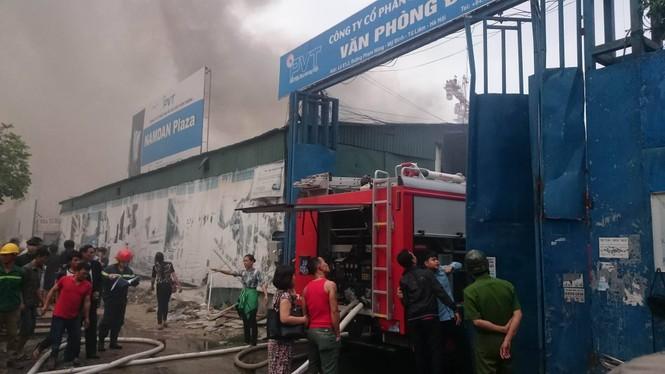Gần 100 người căng mình dập lửa kho hàng trên đường Phạm Hùng - ảnh 7
