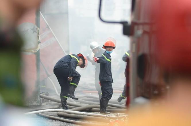 Gần 100 người căng mình dập lửa kho hàng trên đường Phạm Hùng - ảnh 5