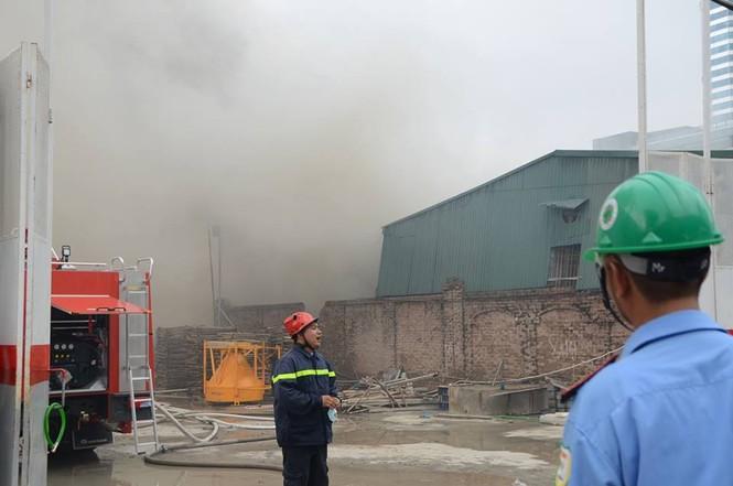 Gần 100 người căng mình dập lửa kho hàng trên đường Phạm Hùng - ảnh 6