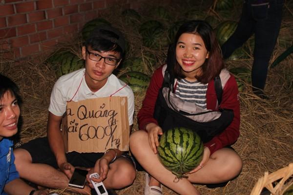 Sinh viên TP. HCM bán dưa hấu giúp nông dân Quảng Ngãi - ảnh 1