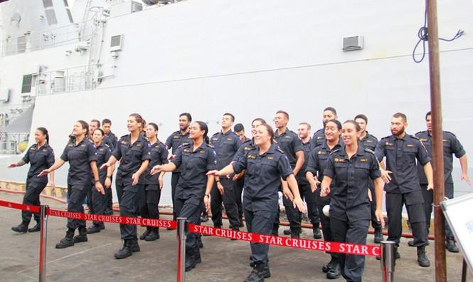 Tàu Hải quân Hoàng gia New Zealand cập cảng Đà Nẵng - ảnh 2