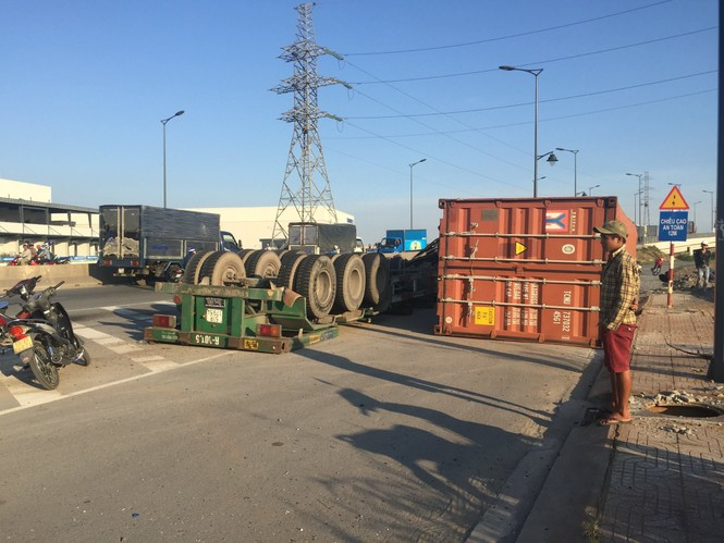 Xe container bất ngờ lật nhào giữa đường - ảnh 2