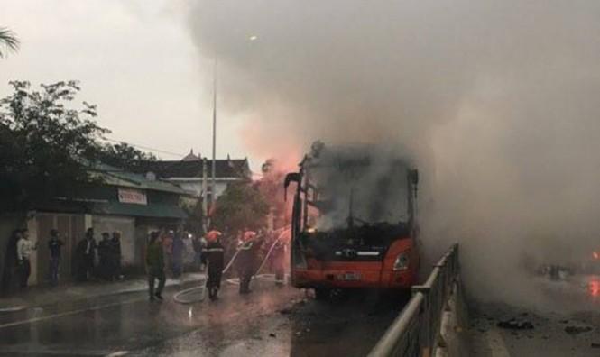 Bỗng dưng phát hỏa, xe khách cháy trơ khung trên quốc lộ - ảnh 1
