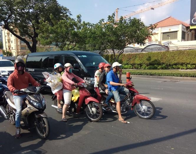 Người Sài Gòn khổ sở với nắng nóng đầu mùa - ảnh 1