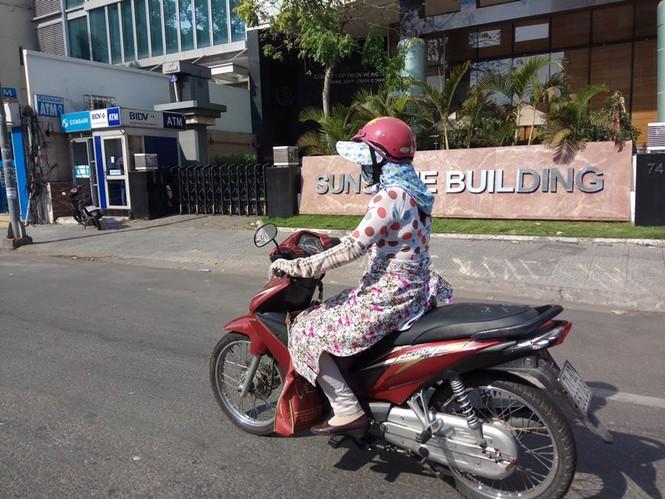 Người Sài Gòn khổ sở với nắng nóng đầu mùa - ảnh 2
