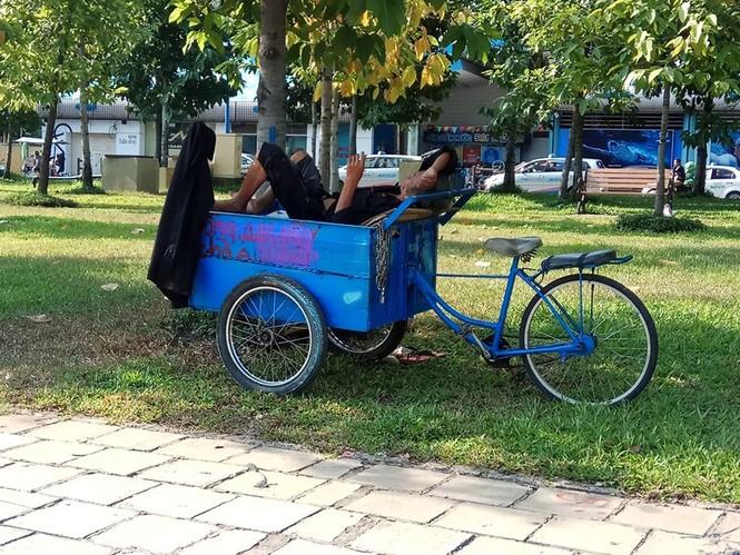 Người Sài Gòn khổ sở với nắng nóng đầu mùa - ảnh 5