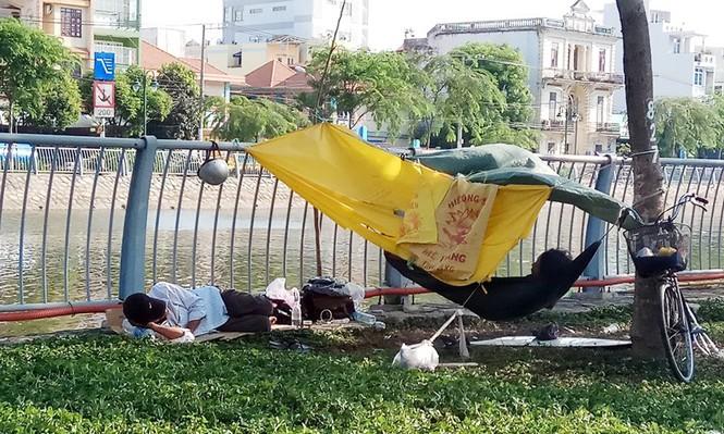 Người Sài Gòn khổ sở với nắng nóng đầu mùa - ảnh 7