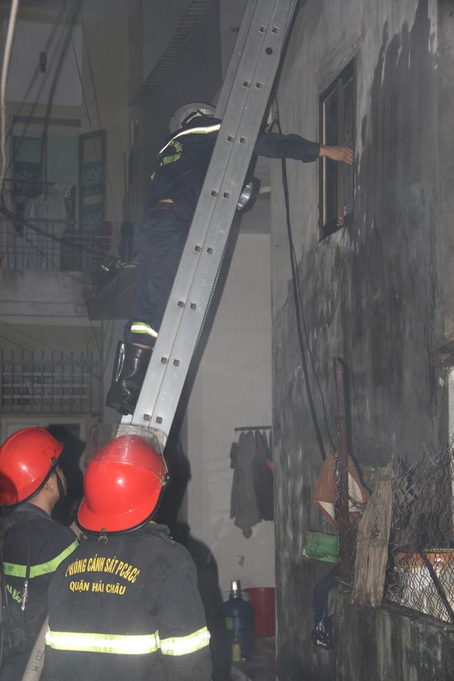 Đập tường, tháo mái chữa cháy ngôi nhà trong hẻm - ảnh 1