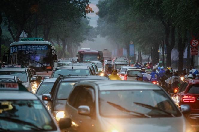 Mưa trắng trời, giao thông trung tâm Sài Gòn rối loạn - ảnh 1
