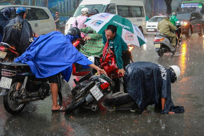 Mưa trắng trời, giao thông trung tâm Sài Gòn rối loạn - ảnh 2