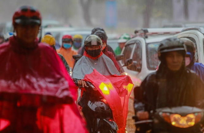 Mưa trắng trời, giao thông trung tâm Sài Gòn rối loạn - ảnh 4
