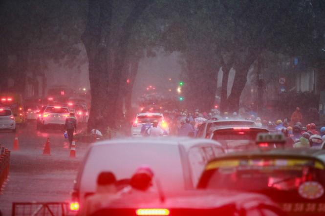 Mưa trắng trời, giao thông trung tâm Sài Gòn rối loạn - ảnh 6