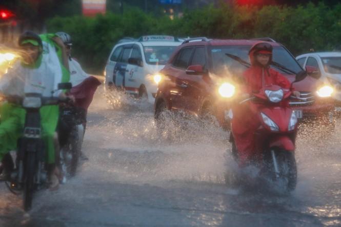 Mưa trắng trời, giao thông trung tâm Sài Gòn rối loạn - ảnh 7