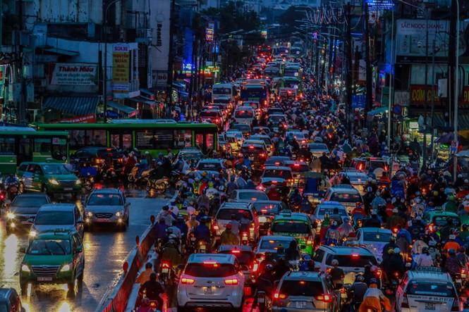 Mưa trắng trời, giao thông trung tâm Sài Gòn rối loạn - ảnh 8