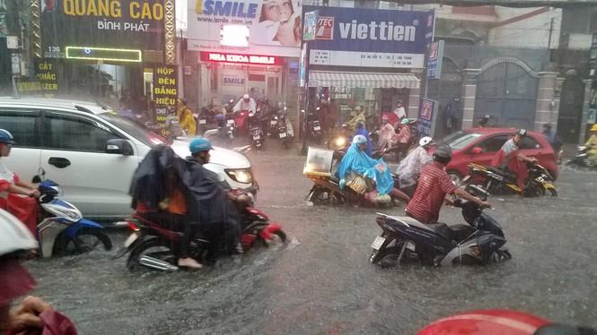 Đường phố Sài Gòn thành sông trong cơn mưa mù trời - ảnh 9