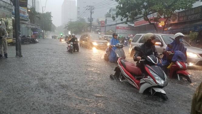 Đường phố Sài Gòn thành sông trong cơn mưa mù trời - ảnh 10
