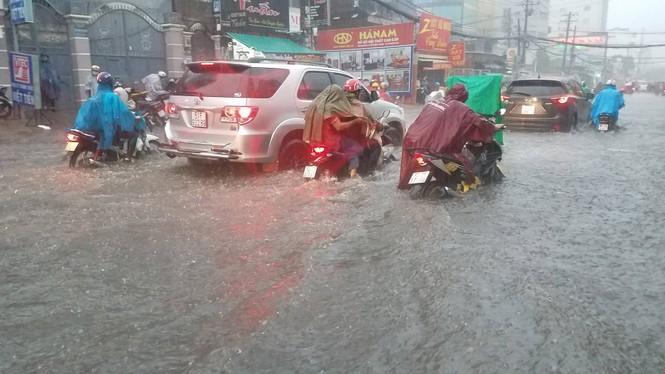 Đường phố Sài Gòn thành sông trong cơn mưa mù trời - ảnh 11