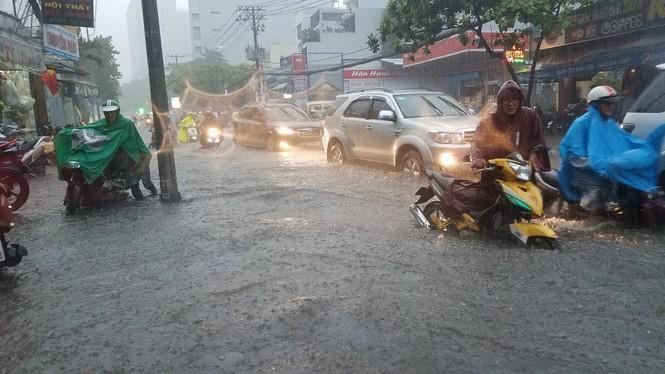 Đường phố Sài Gòn thành sông trong cơn mưa mù trời - ảnh 12