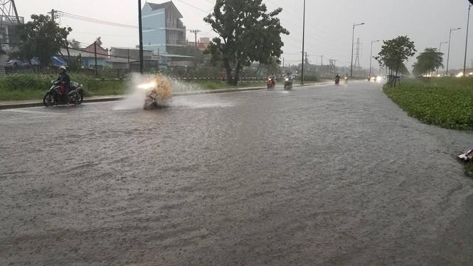 Đường phố Sài Gòn thành sông trong cơn mưa mù trời - ảnh 13