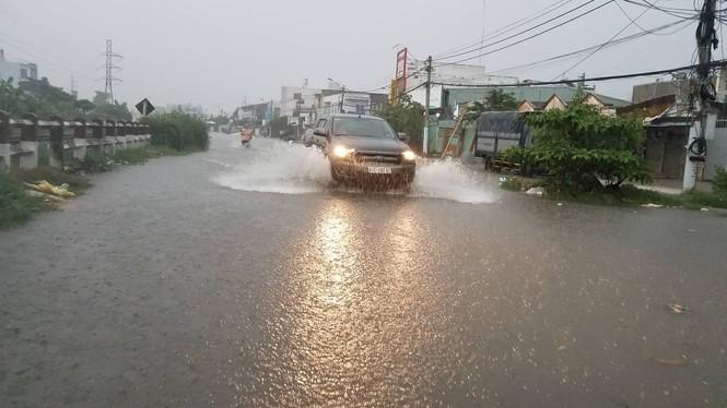 Đường phố Sài Gòn thành sông trong cơn mưa mù trời - ảnh 14