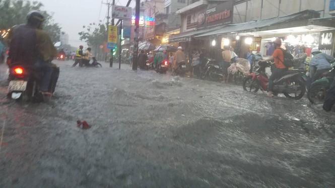 Đường phố Sài Gòn thành sông trong cơn mưa mù trời - ảnh 1
